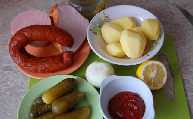 колбаса, картофель, огурцы