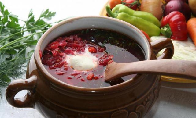 красный суп в горшочке