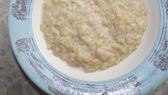 пшеничная каша в тарелке