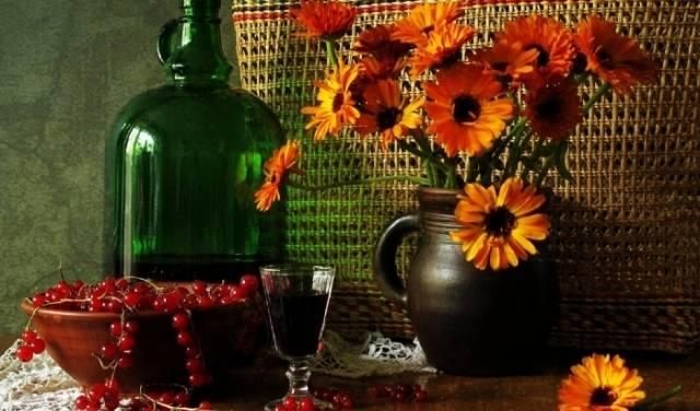 рюмка и бутель с вином