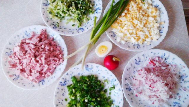 тарелки с ингредиентами для окрошки