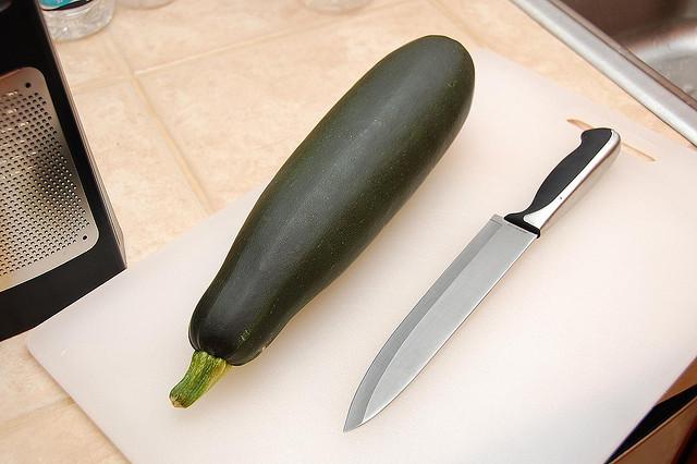 кабачок и нож