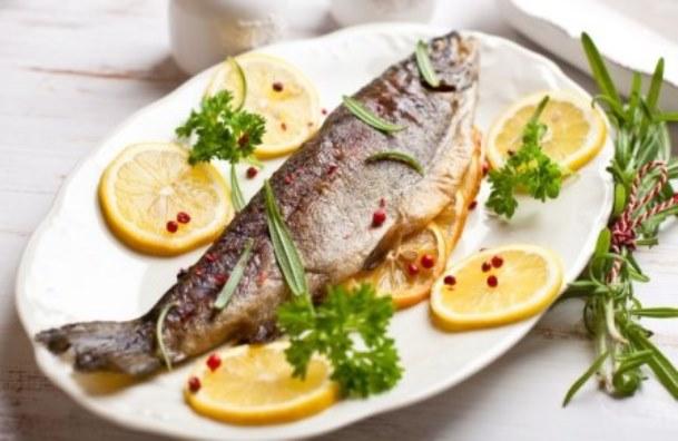 рыба запеченная с овощами и лимоном
