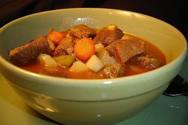 мясо и картошка в тарелке