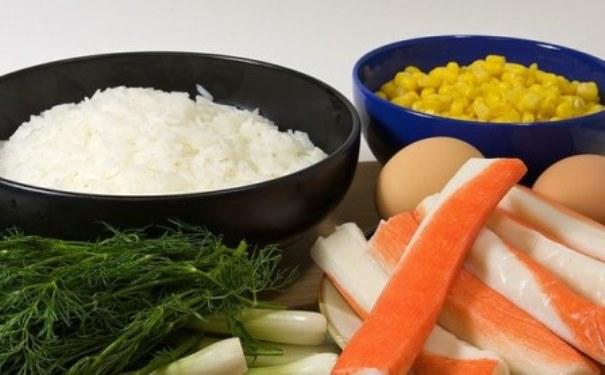 крабовые палочки рис кукуруза яйца