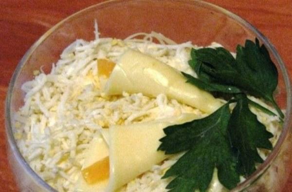 салат в креманках с курицей и ананасом