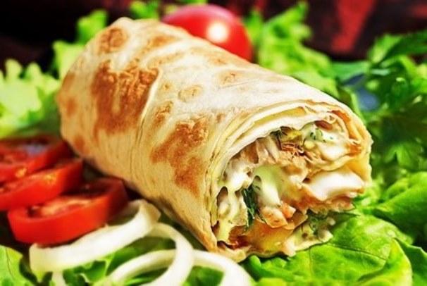 Шаурма — блюдо, которое все мы так любим, но так опасаемся покупать у уличных торговцев