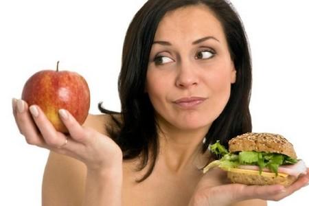 Женщина с яблоком и гамбургером