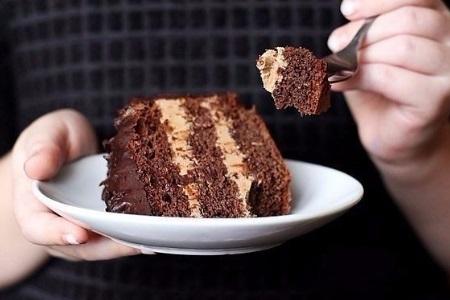 Торт в руке