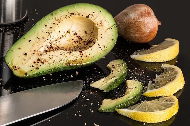Суп-пюре из авокадо с чесночным хлебом