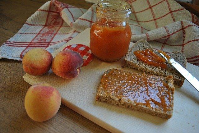 Домашние заготовки: персиковый джем с помидорами черри и корицей