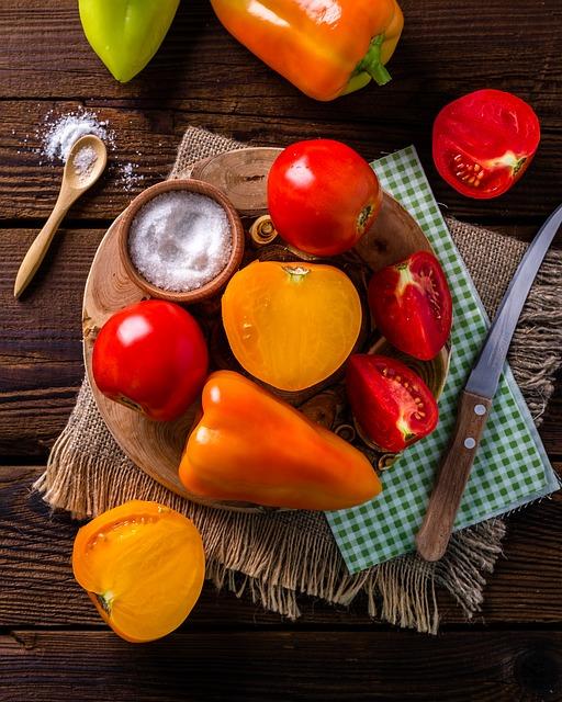 Перец со сладким луком в томатно-винном соусе
